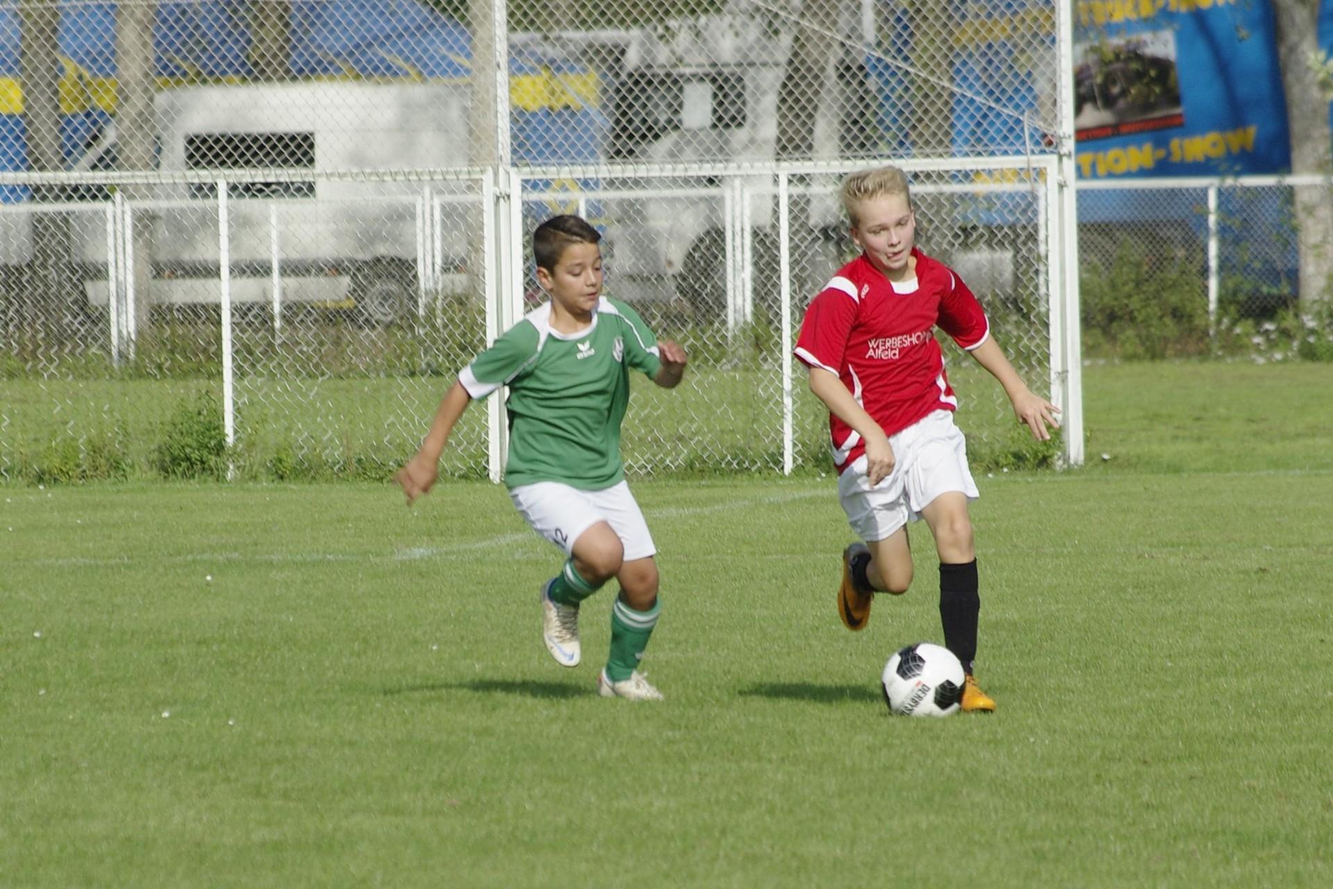 U13 TSV Gronau Adrian Hellmann (re.) im Spielaufbau